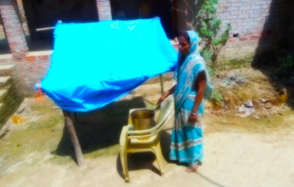 घर के बाहर प्लास्टिक का शेड बना कर ऐसे पानी बचाते हैं लोग। फोटो: उमेश कुमार राय