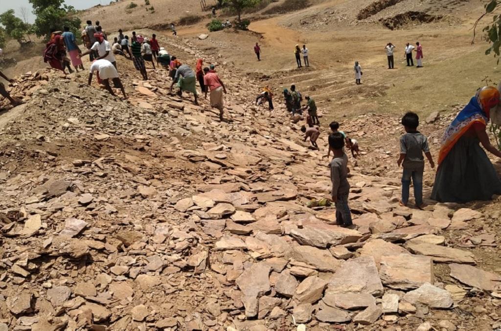 मध्य प्रदेश के झाबुआ जिले में गर्मी में श्रमदान की मदद से स्टॉप डैम का निर्माण किया गया। फोटो: मनीष चंद्र मिश्रा