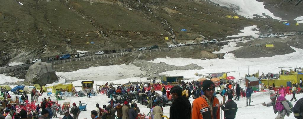 Tourists and vehicles at Rohtang Pass. Photo: Wikimedia Commons