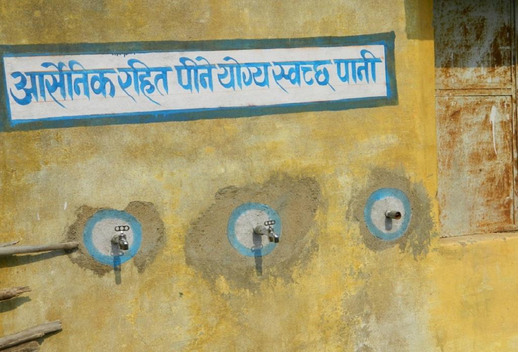 गांव में इस तरह के नल लगाकर लोगों को चेतावनी दी जा रही है। फोटो: अवधेश मलिक