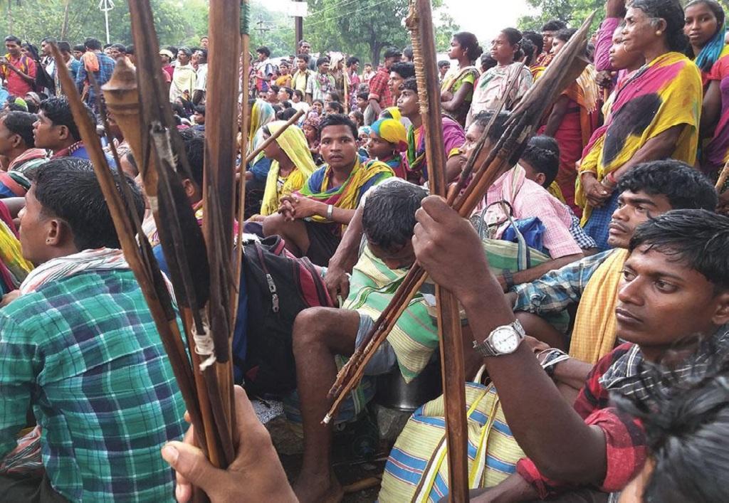 नंदराज पर्वत में खनन का काम अदानी समूह को दिए जाने के विरोध में एनएमडीसी कार्यालय के बाहर धरना देते आदिवासी (पुरुषोत्तम ठाकुर)