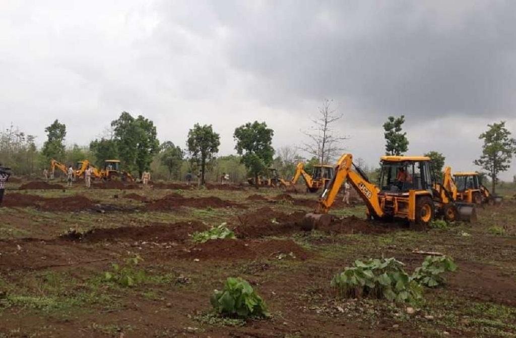 बुरहानपुर में अतिक्रमण हटाने की कोशिश में प्रशासन का अमला। फोटो: मनीष चंद्र शर्मा