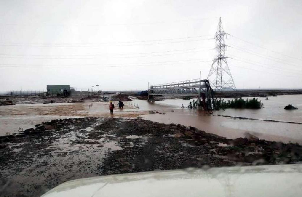 मध्यप्रदेश के रीवा स्थित एशिया का सबसे बड़ा सोलर प्लांट बाढ़ में बह गया। फोटो: मनीष चंद्र मिश्रा