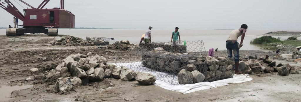 Workmen constructing dykes on the Kosi Barrage in Bihar's Supaul district. Photo: Krishna Mishra
