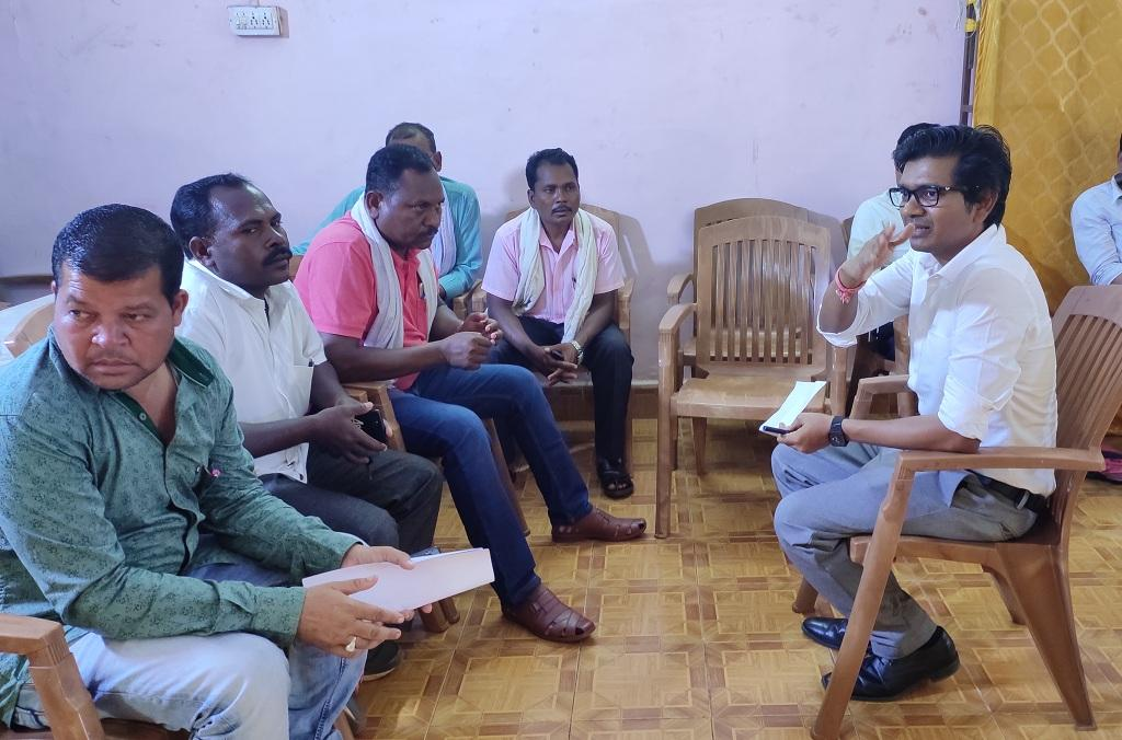 ग्राम सभा मे अपना बयान दर्ज करते हुए ग्रामीण और जांच अधिकारी। फोटो: मंगल कुंजम