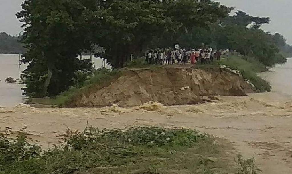 बिहार, मधुबनी के नरुआर गांव में तटबंध टूट गया, जिससे हजारों की आबादी बाढ़ से घिर गयी। फोटो: पुष्यमित्र
