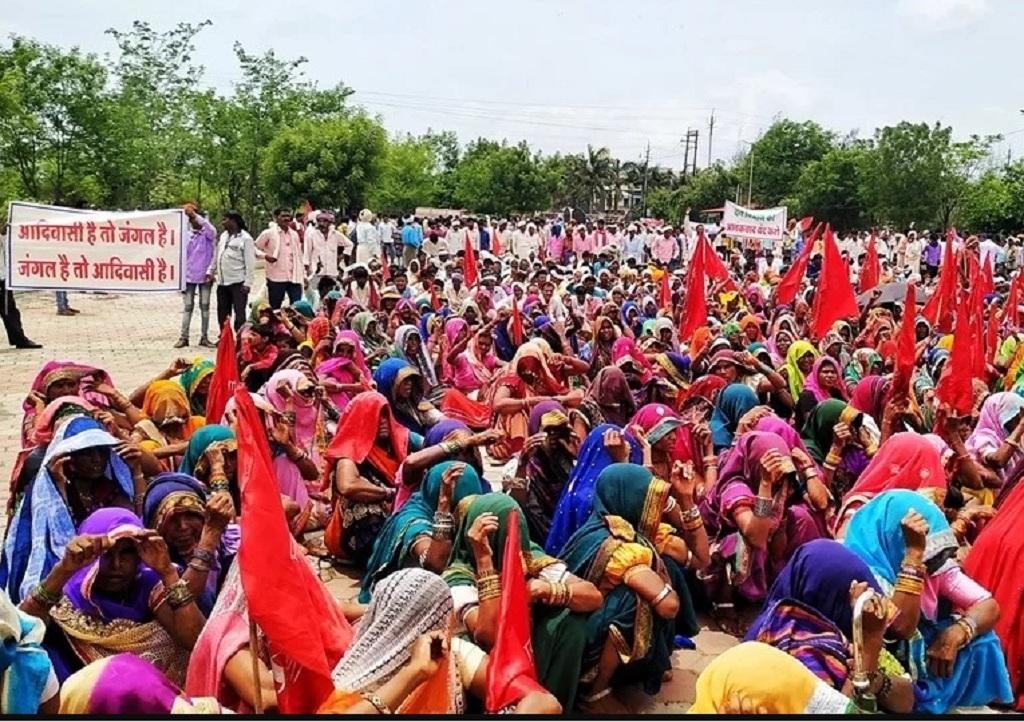 वन अधिकार कानून को लेकर मध्यप्रदेश के बुरहानपुर में आदिवासियों ने प्रदर्शन किया। फोटो: मनीष चंद्र मिश्रा