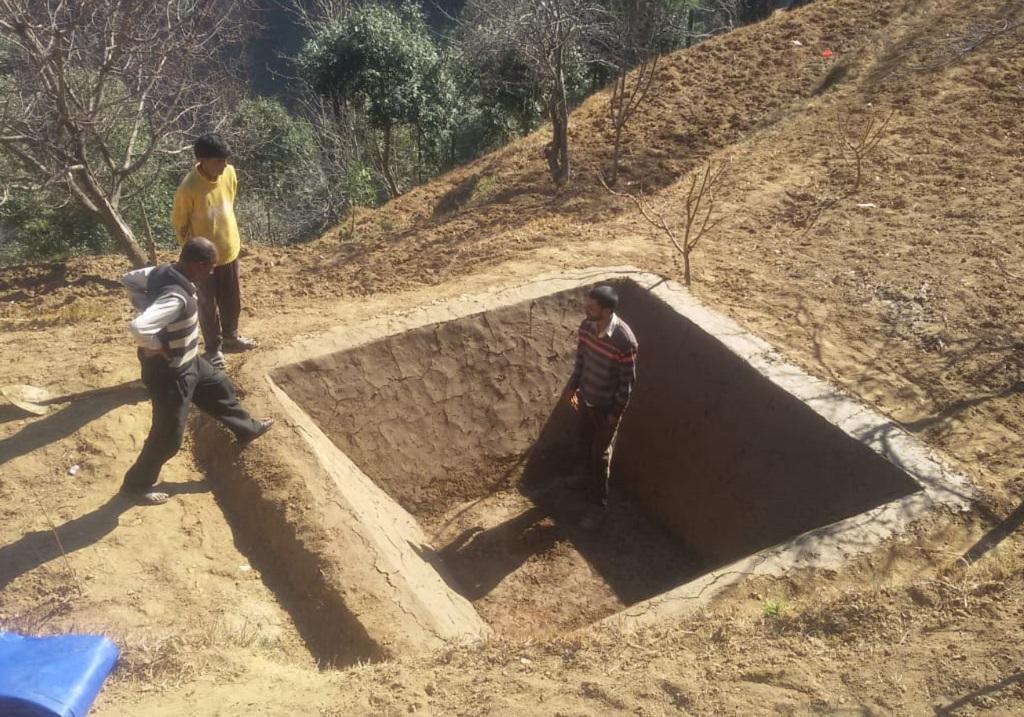 उत्तराखंड के दो विकासखंडों के सात गांवों में इस तरह के कच्चे टैंक बनाकर 50 लाख लीटर से ज्यादा पानी बचाया जा चुका है। फोटो: त्रिलोचन भट्ट