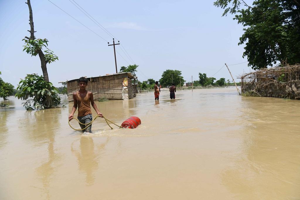 बिहार के मुजफ्फरपुर में बाढ़ का एक दृश्य। फोटो: सचिन कुमार