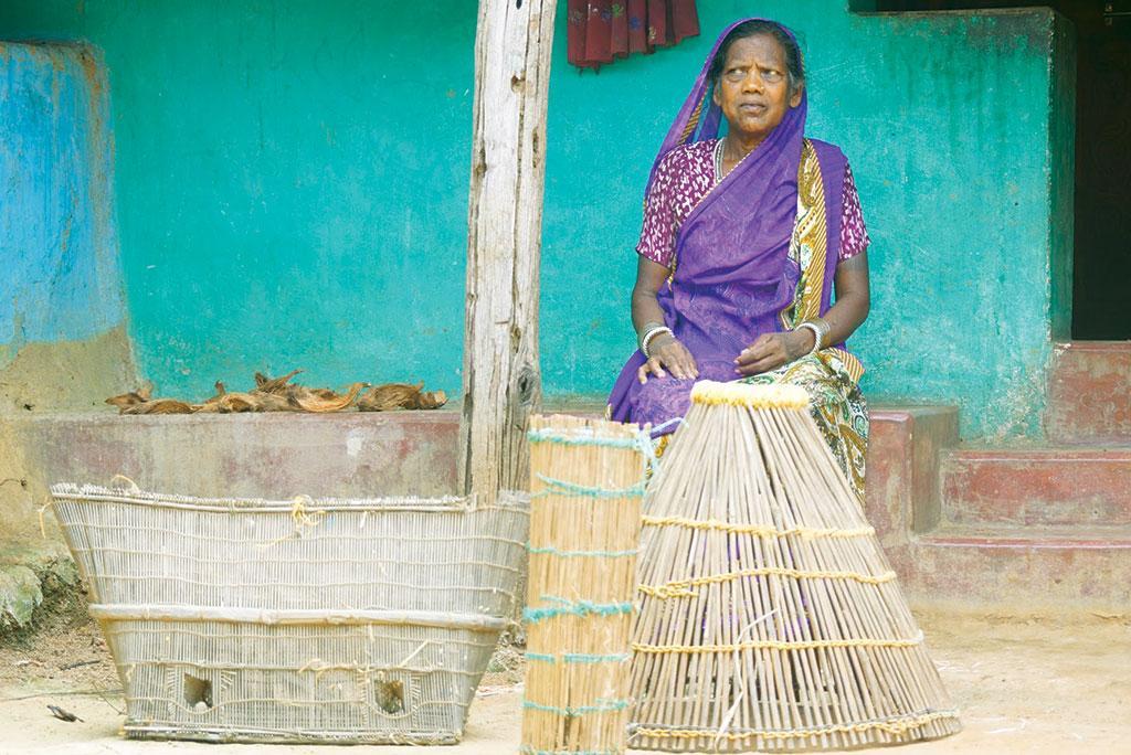 छत्तीसगढ़ के धमतरी जिले में खेती का काम चौपट होने के बाद मछली पकड़कर गुजारा करने वाली आदिवासी महिला (फोटो: पुरुषोत्तम ठाकुर)