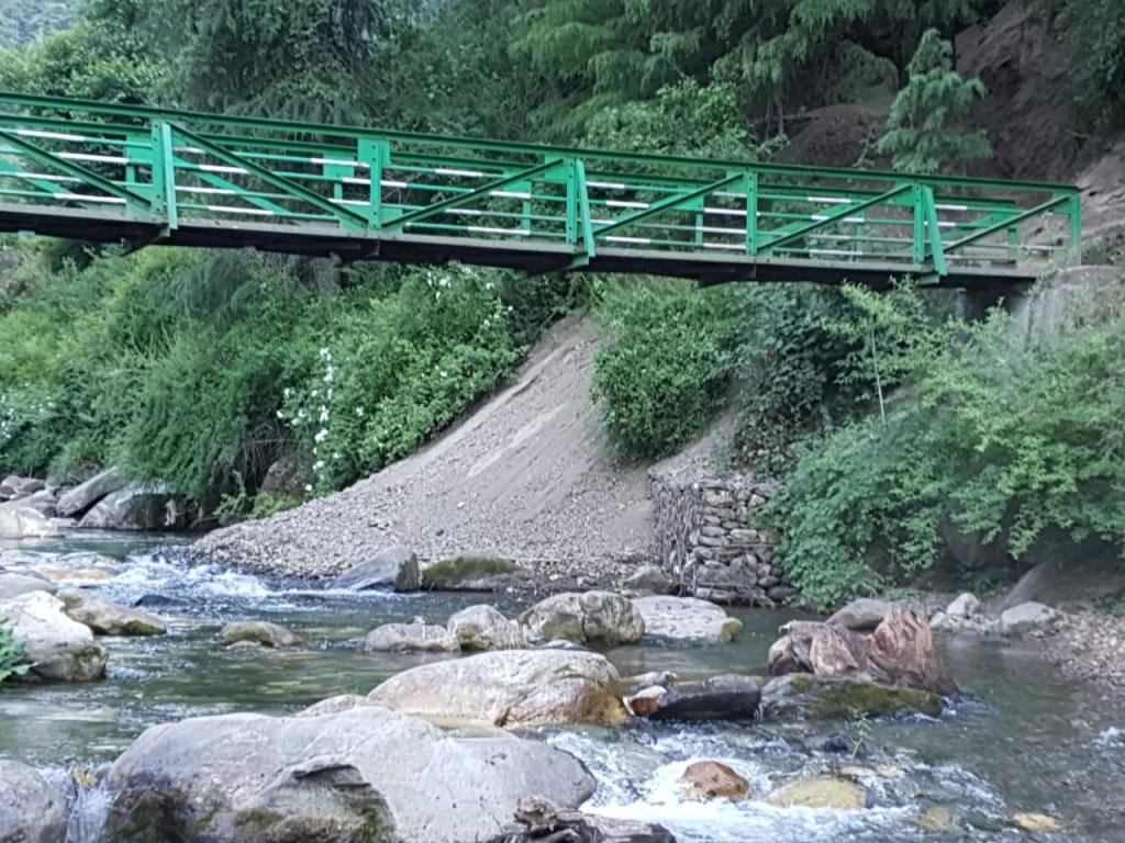 हिमाचल प्रदेश के कुल्लू में पुष्पभद्रा नदी में अवैध मलबा डंपिंग। Photo : Jai Dehadrai