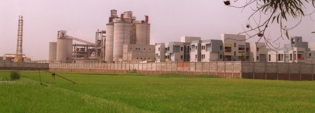 A cement factory in Howarh, West Bengal. The CAG noticed that for two cement projects under the B1 category, SEIAA granted environmental clearance based on the Environment Impact Assessment reports prepared by the project proponents themselves. Photo: Wik