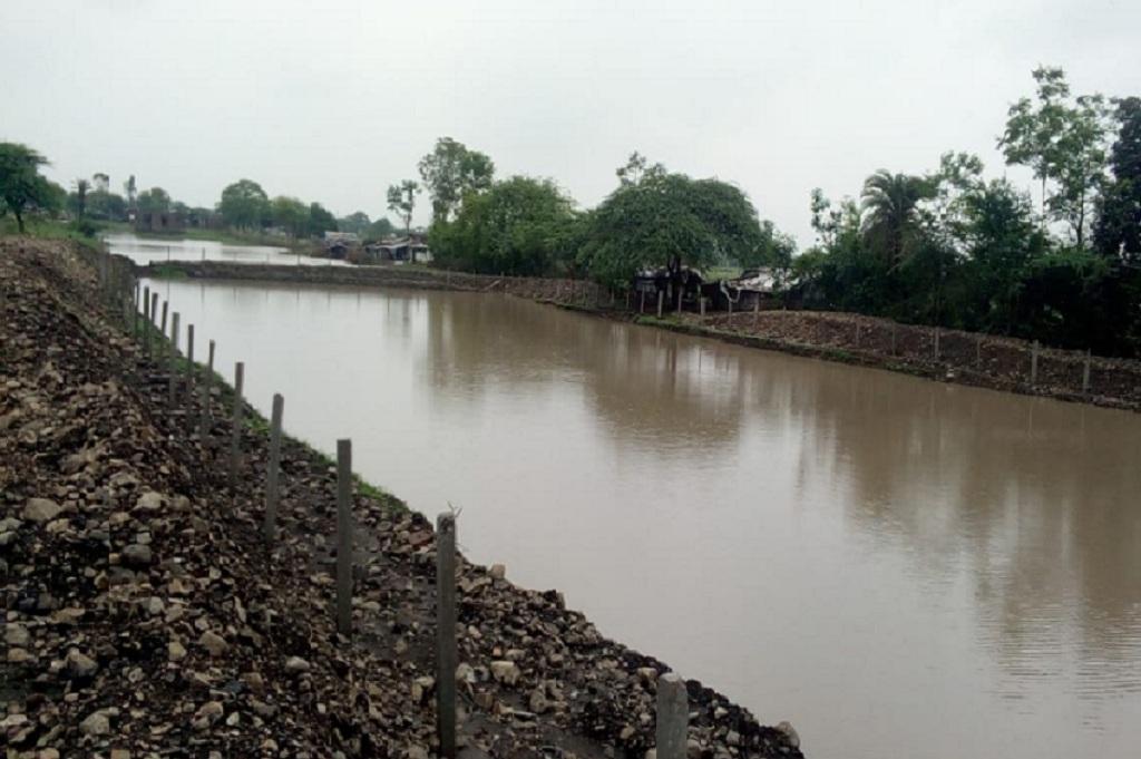 भारतीय रेलवे के भोपाल डिविजन ने मुंगावली स्टेशन पर बंजर जमीन पर 67 लाख लीटर क्षमता वाला तालाब बनाया। फोटो: मनीष चंद्र मिश्र