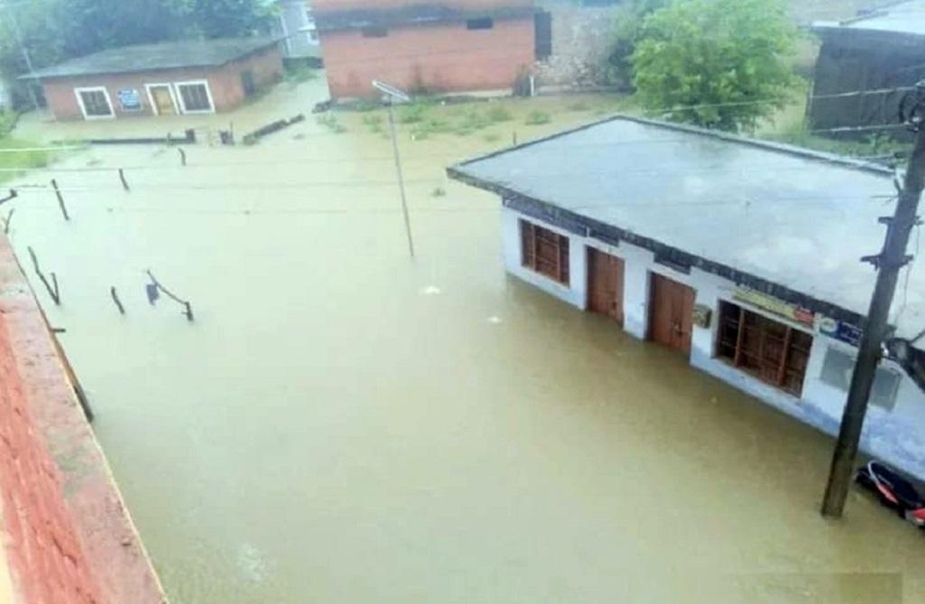 हिमाचल प्रदेश के कांगड़ा में बारिश से घरों में घुसा पानी। फोटो: वर्षा सिंह