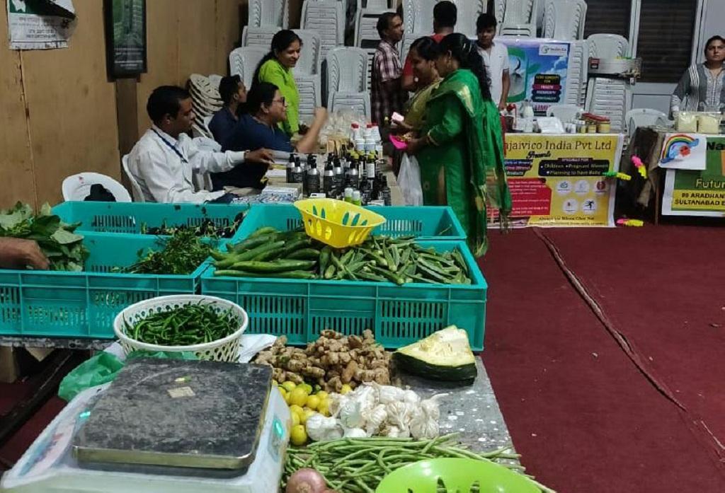 अनंत मंडी में किसान सब्जी, फल, अनाज और स्थानीय शिल्प के सामान भी लाते हैं। फोटो: मनीष चंद्र मिश्रा