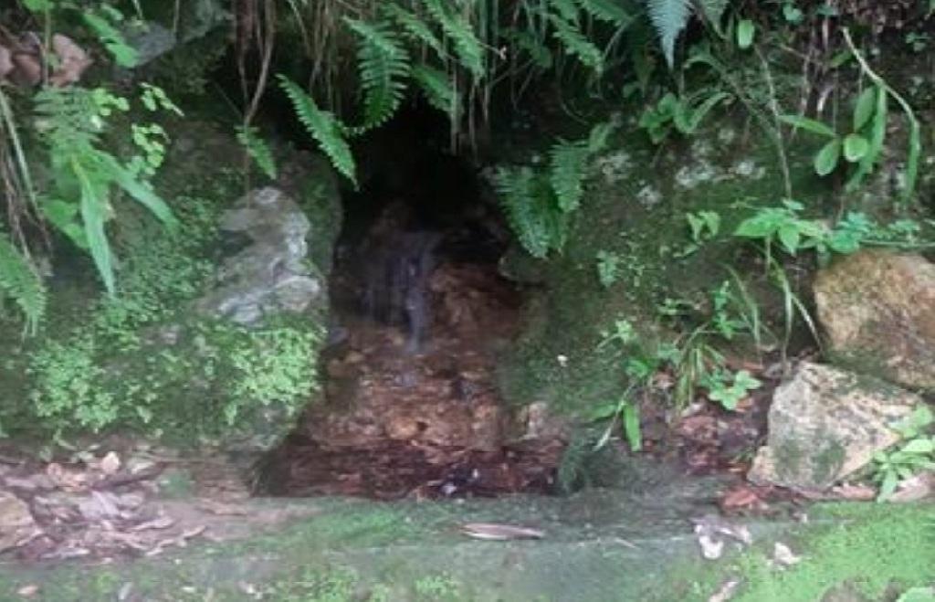 टिहरी जनपद के सेम मुखेम में यह चश्मा बरसात के दिनों में भरपूर पानी देता था। अब इससे नाममात्र का पानी आ रहा है। फोटो: प्रेम बहुखंडी