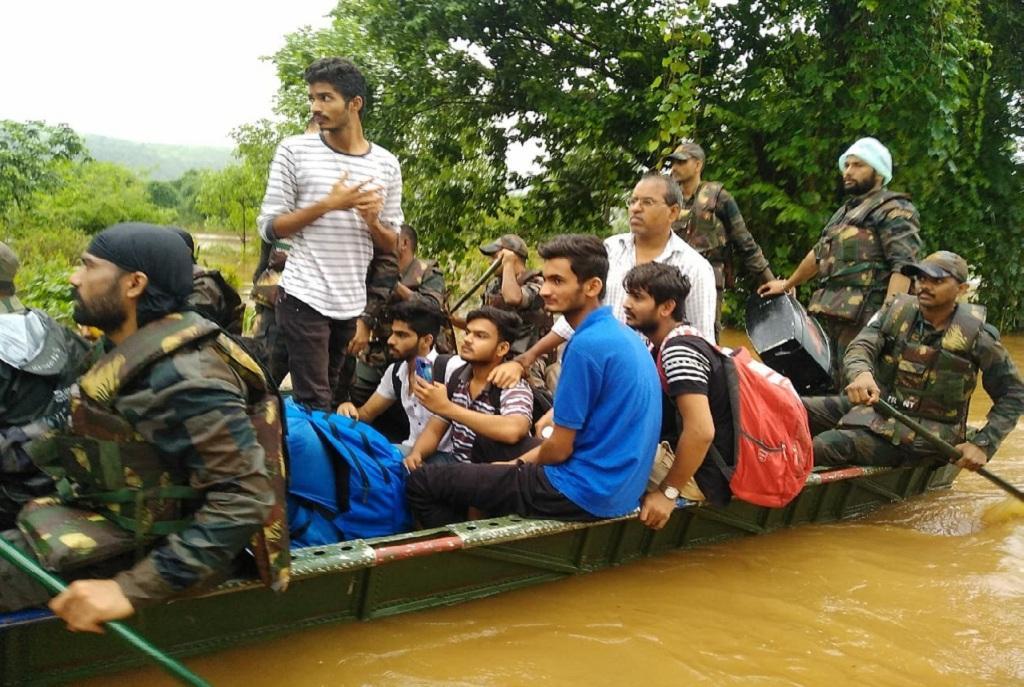 महाराष्ट्र के सांगली जिले में बाढ़ में फंसे लोगों की मदद करते सेना के जवान। फोटो: https://twitter.com/adgpi