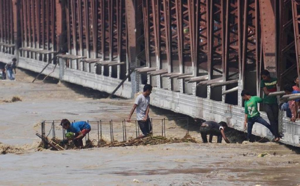 The Yamuna had crossed the 207 metre mark in Delhi in 2013 as shown in this photo of the Old Bridge. This time, the levels could be much higher, worry officials. Photo: Vikas Choudhary/CSE