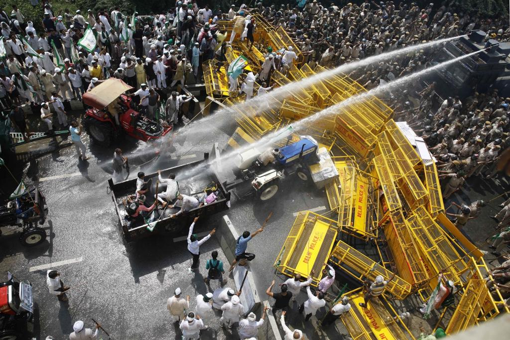 Police opened water cannons on protesting farmers at Delhi-UP border on October 2, 2018. This Kisan Kranti Yatra was to demand a full implementation of the recommendations of the Swaminathan Commission report so that they get a reasonable minimum support priceand security for small farmers, unconditional loan waiver and payment of their sugarcane dues. Photo: Vikas Choudhary