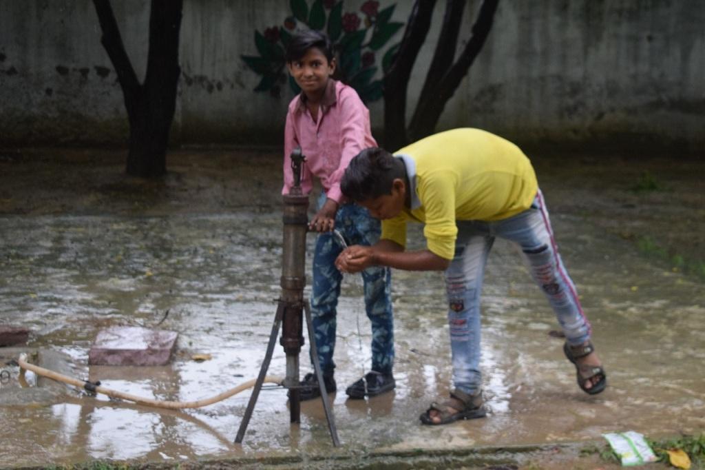 आगरा के राजकीय स्कूल में बारिश के पानी को टैंक में रखा जाता है, जिसका इस्तेमाल साल भर किया जाता है। फोटो: प्रदीप श्रीवास्तव