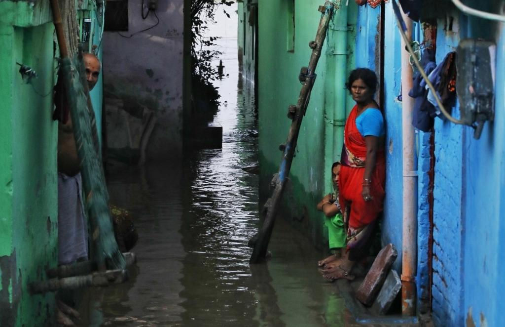 More than 23,000 people living in low-lying areas along Yamuna were evacuated after the river breached the danger mark in Delhi on August 19, 2019. This happened after Haryana released 8.28 lakh cusecs of water from Hathni Kund Barrage in Yamunanagar district. Photo: Vikas Choudhary