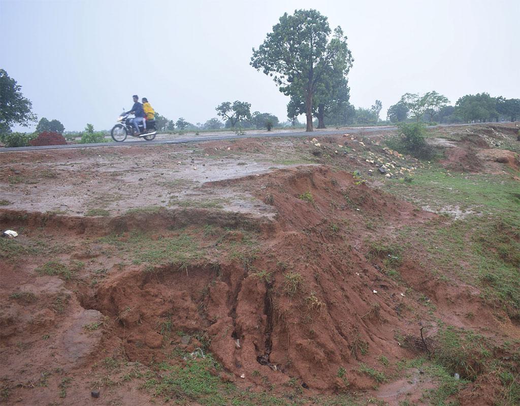 झारखंड उन पांच राज्यों में एक है, जहां कुल भौगोलिक क्षेत्र का 50 प्रतिशत हिस्सा बंजर और भू-निम्नीकरण के अंतर्गत आता है।  राज्य  का गिरिडीह जिला मरुस्थलीकरण से सबसे अधिक प्रभावित  क्षेत्रों में शामिल है (ईशान कुकरेती / सीएसई )