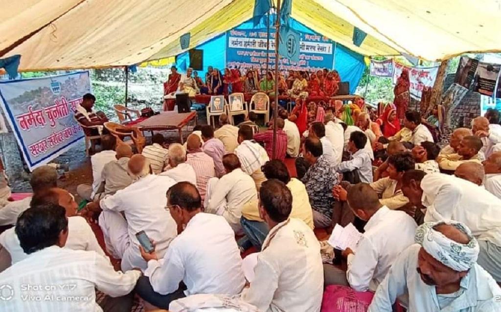 सरदार सरोवर बांध के विस्थापितों के पुनर्वास की मांग को लेकर मेधा पाटकर का अनशन छठे दिन भी जारी है। फोटो: रहमत