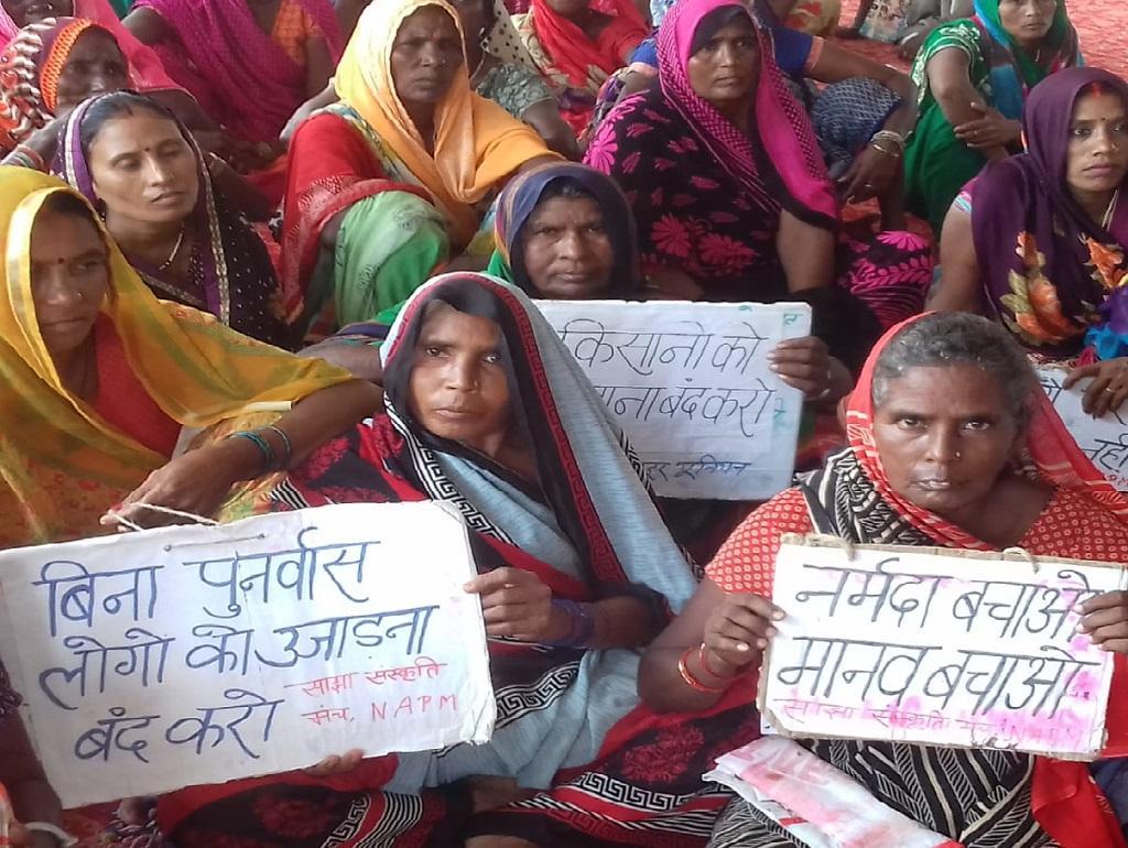 धरनास्थल पर बैठीं महिलाएं। डीटीई