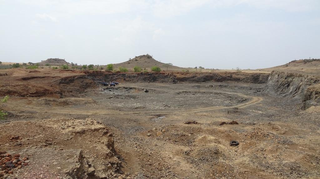 महाराष्ट्र के धुले जिले में ऐसी बंजर सी दिख रही जमीन कई जगह दिखाई देती है। फोटो: अर्णब