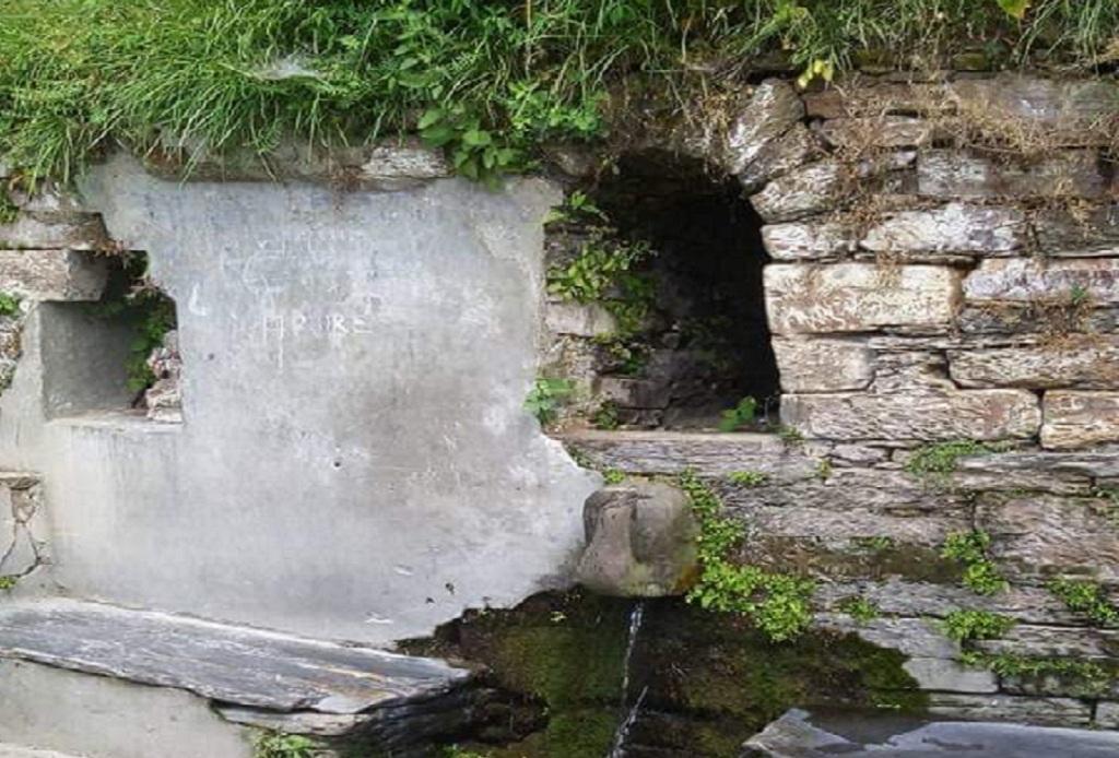 उत्तराखंड के अल्मोड़ा नगर में स्थित कपीना धारे में कम होती जा रहा है पानी की धार। फोटो: चंद्रशेखर तिवारी
