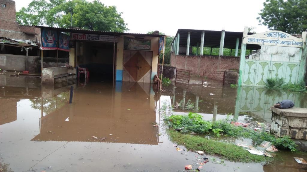 गांव चिखल्दा में घुसा पानी। फोटो- रहमत