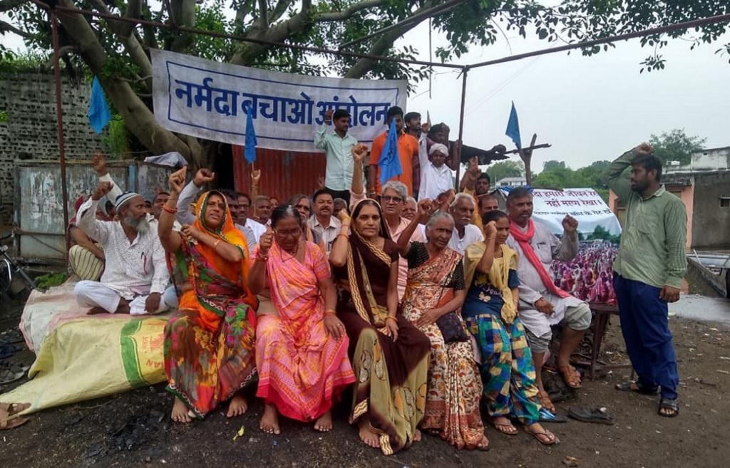 सरदार सरोवर बांध का जल स्तर बढ़ने के बाद गांव डूबने के विरोध में सत्याग्रह करते हुए गांव कड़माल के लोग। फोटो: रहमत