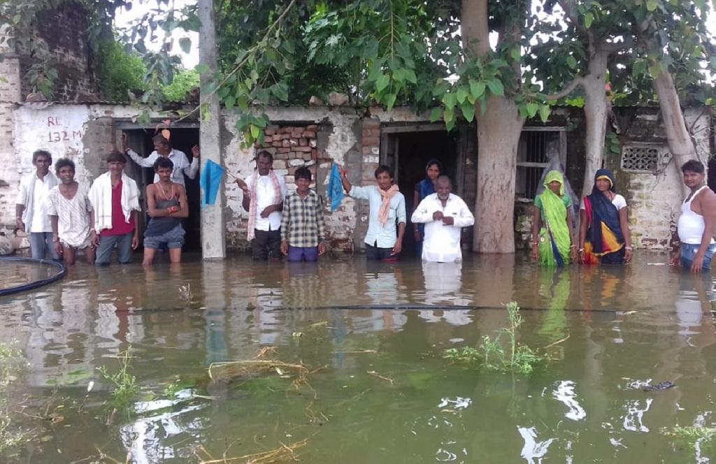 सरदार सरोवर बांध से पानी न छोड़े जाने के कारण आसपास के कई गांवों में पानी भर गया है, ऐसे ही एक गांव अमलाली में जाम सिंह हिलाला का परिवार, जिन्हें डूब प्रभावितों की संख्या में शामिल नहीं किया गया था। फोटो: रहमत
