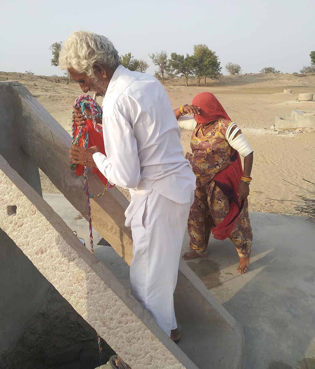 राजस्थान के बाड़मेर जिले के रामसर के पार में हाल में ही एक नवनिर्मित बेरी से मीठा पानी निकालते हरलाल अपने परिवार के साथ