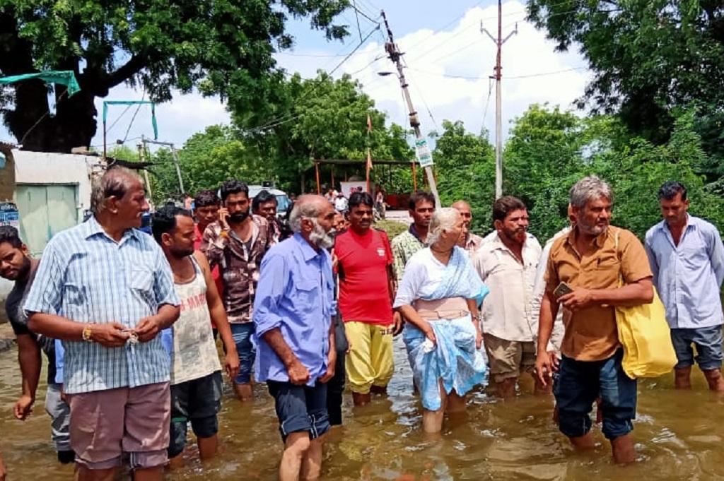 डूब प्रभावित गांवों को देखती नर्मदा बचाओ आंदोलन की संयोजक मेधा पाटकर। फोटो: रहमत