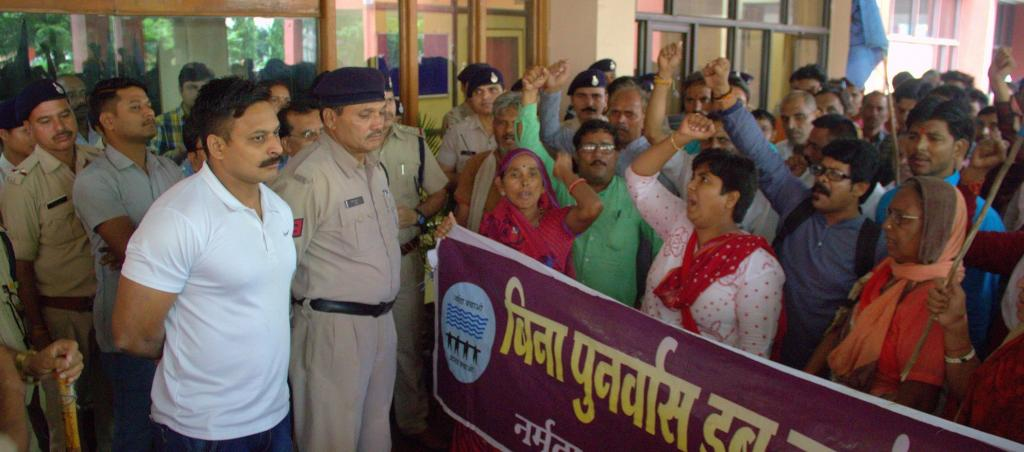 Protestors at the Indore meeting between Medha Patkar and the Madhya Pradesh government. Photo: Shatakshi Gawade