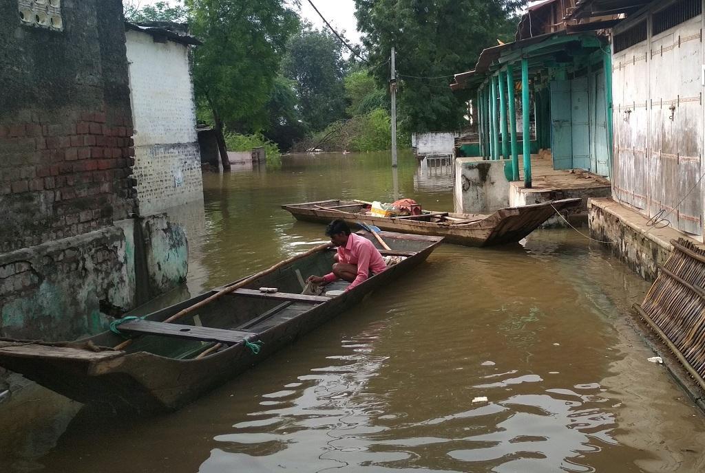सरदार सरोवर बांध के डूब क्षेत्र में आए गांवों में पानी भर आया है, पुनर्वास के बिना लोग गांव में ही रहने को मजबूर हैं। फोटो: मनीष चंद्र मिश्रा