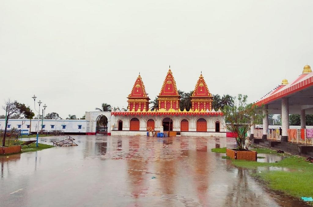 कपिलमुनि मंदिर परिसर में खड़ा बारिश का पानी। फोटो: उमेश कुमार राय