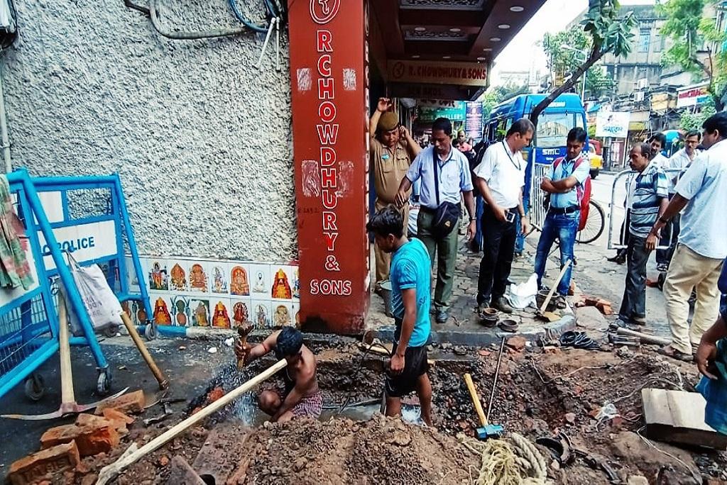 कोलकाता के बहूबाजार में सुरंग बनाने के चलते हो रहा पानी रिसाव। फोटो: उमेश कुमार राय
