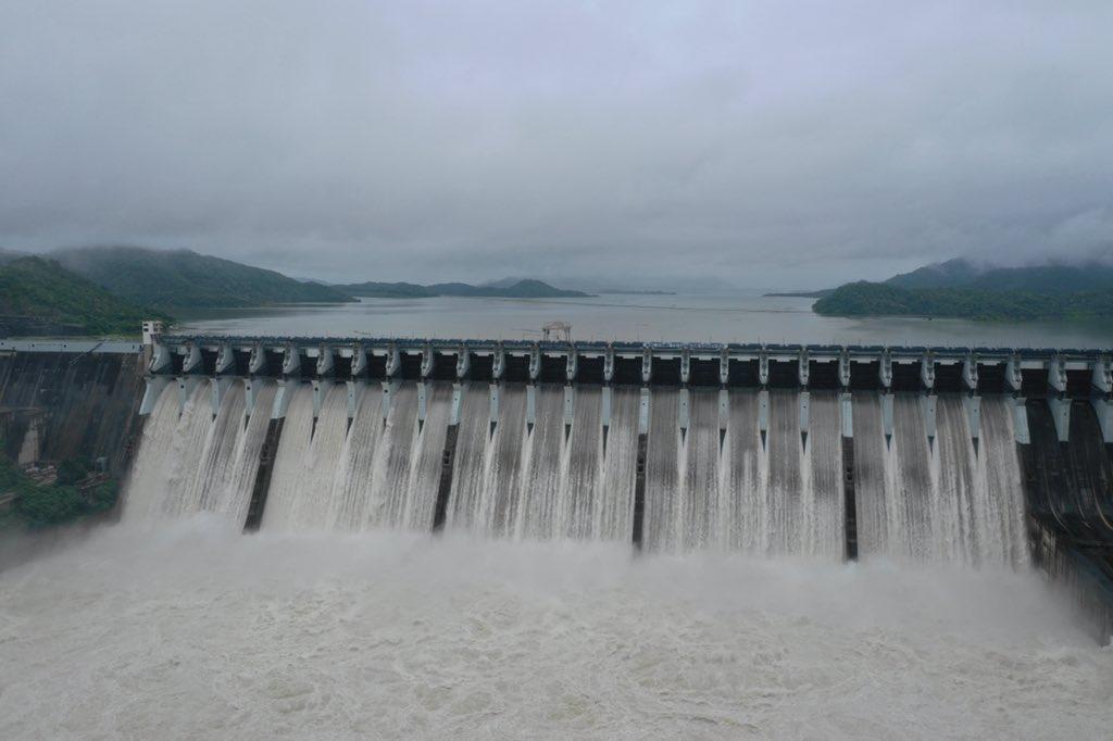 गुजरात के मुख्यमंत्री विजय रुपाणी ने टि्वट करके सरदार सरोवर बांध के भरने की जानकारी दी।  फोटो: सीएमओ गुजरात के टि्वटर अकाउंट से