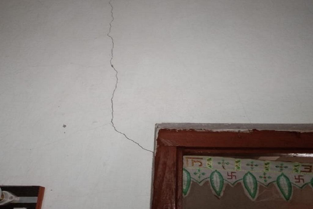 मादिल गांव के घरों की दीवारों पर दरारें आ गई हैं। फोटो: हिमशी सिंह