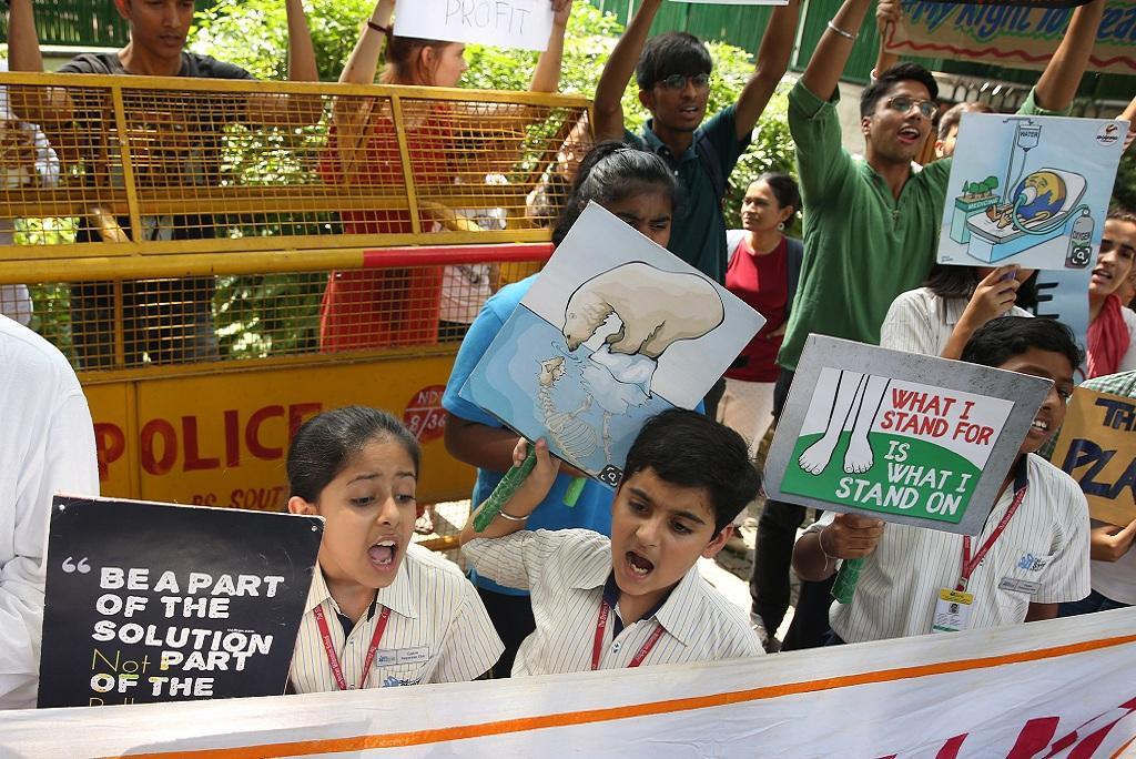 जलवायु परिवर्तन के खिलाफ नई दिल्ली के जंतर मंतर पर प्रदर्शन करते बच्चे। फोटो: विकास चौधरी