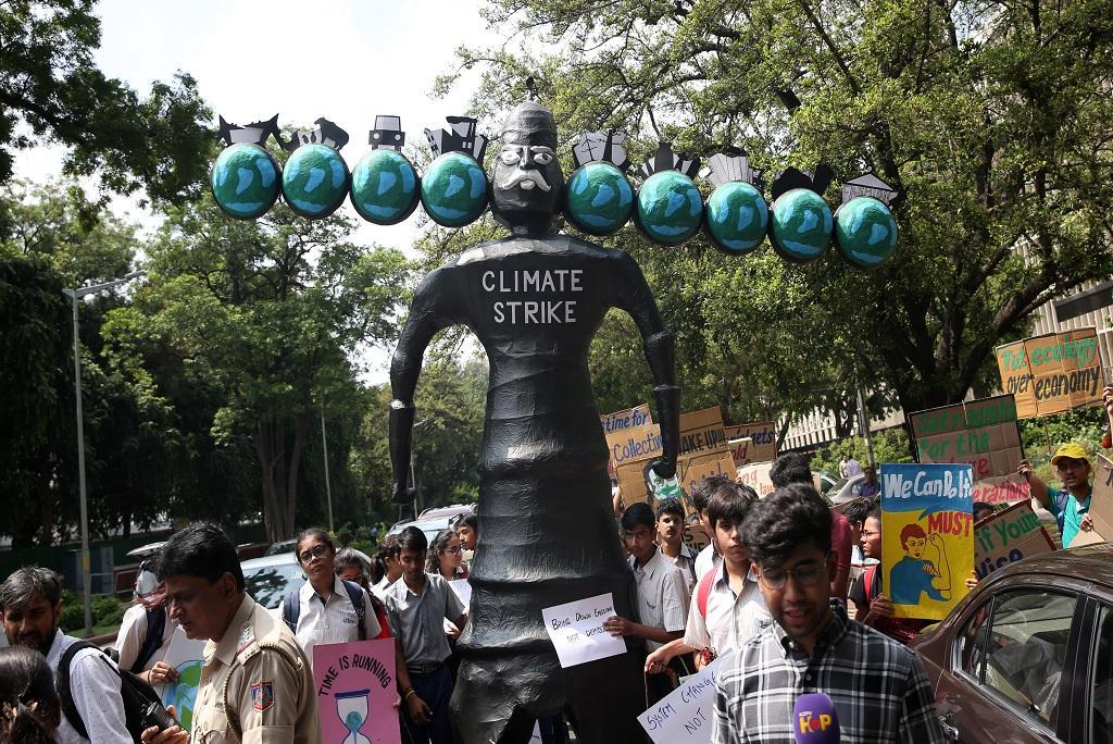 जलवायु परिवर्तन के खिलाफ नई दिल्ली के जंतर मंतर पर रावण के पुतले के साथ प्रदर्शनकारी।  फोटो: विकास चौधरी
