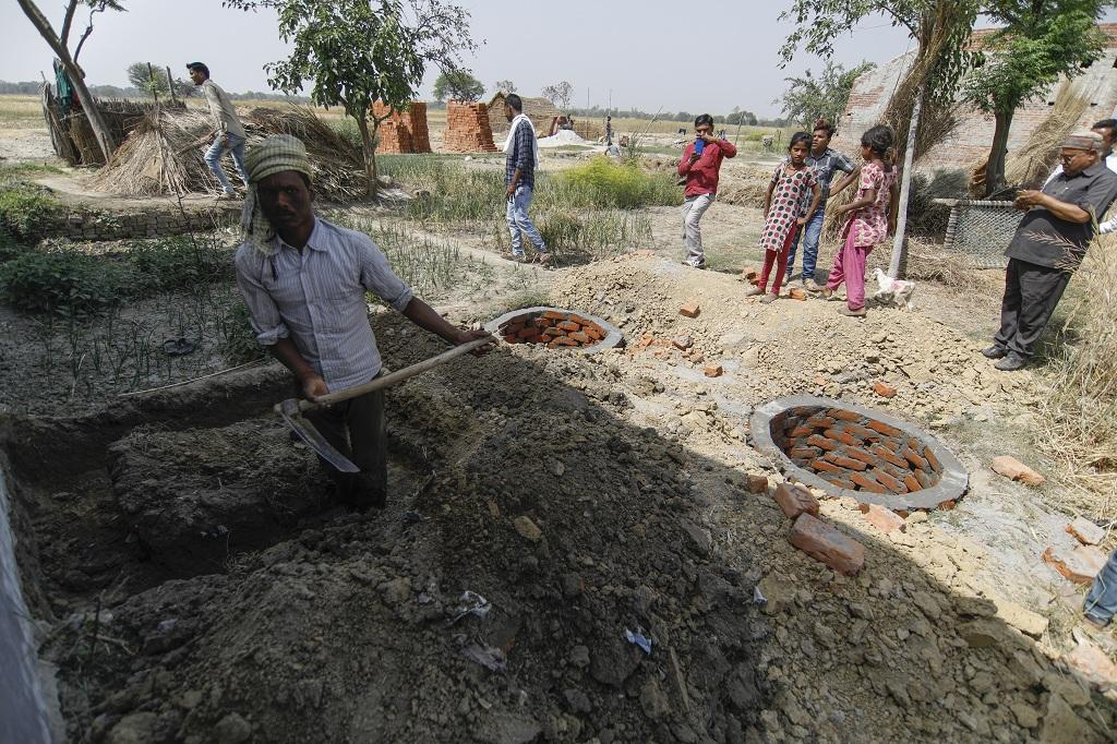 शौचालयों से निकलने वाले मल के प्रबंधन के लिए दो गड्ढे बनाते ग्रामीण। फोटो: विकास चौधरी