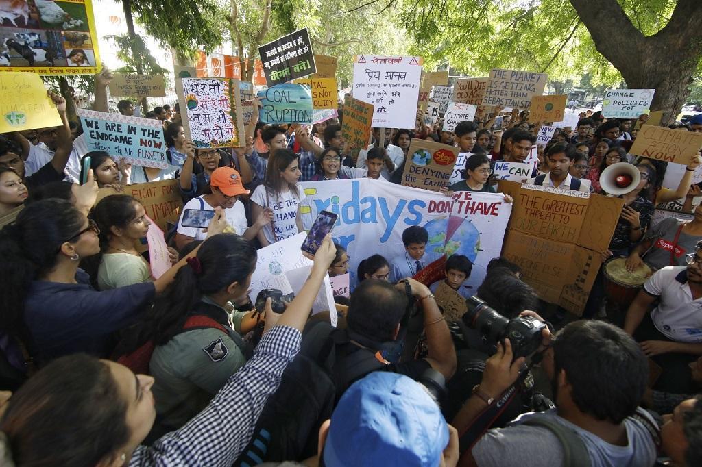 जलवायु परिवर्तन को रोकने की मांग को लेकर चर्चा में आई 16 साल की ग्रेटा थनबर्ग का असर भारत में दिखने लगा है। ग्रेटा के समर्थन में हर शुक्रवार को कई देशों में प्रदर्शन होते हैं। 27 सितंबर 2019 को दिल्ली में भी प्रदर्शन किया गया, इसमें बच्चों ने बड़ी संख्या में भाग लिया। फोटो: विकास चौधरी
