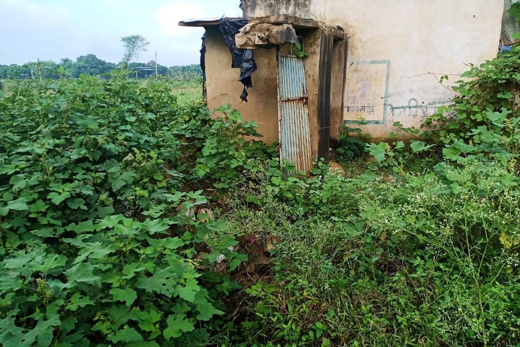 भावखेड़ी में बना एक और शौचालय। फोटो: मनीष मिश्रा