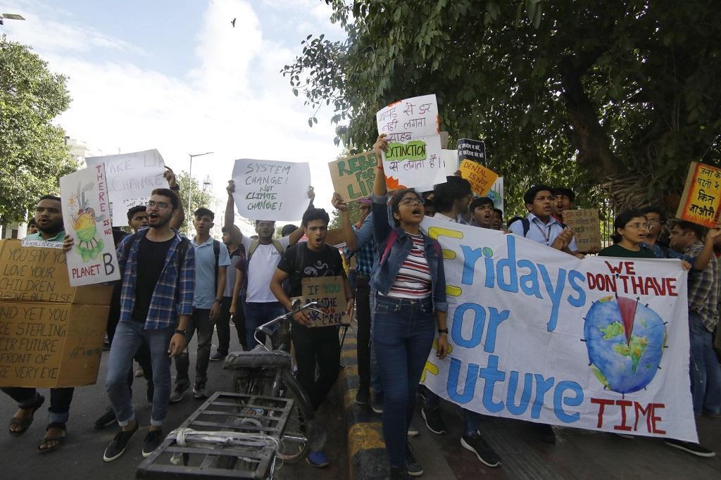 जलवायु परिवर्तन पर अंकुश लगाने और जिम्मेवार सरकारों व कॉरपोरेट्स को कोसने के लिए हर शुक्रवार को दुनिया भर में बच्चे ऐसे प्रदर्शन करते हैं। इसकी शुरुआत ग्रेटा थनबर्ग ने की थी, जो हर शुक्रवार को अपने स्कूल की बजाय सड़क पर बैठकर प्रदर्शन करती थी। भविष्य के लिए शुक्रवार के नारे लिखे बैनर के साथ दिल्ली में प्रदर्शन करते बच्चे। फोटो विकास चौधरी