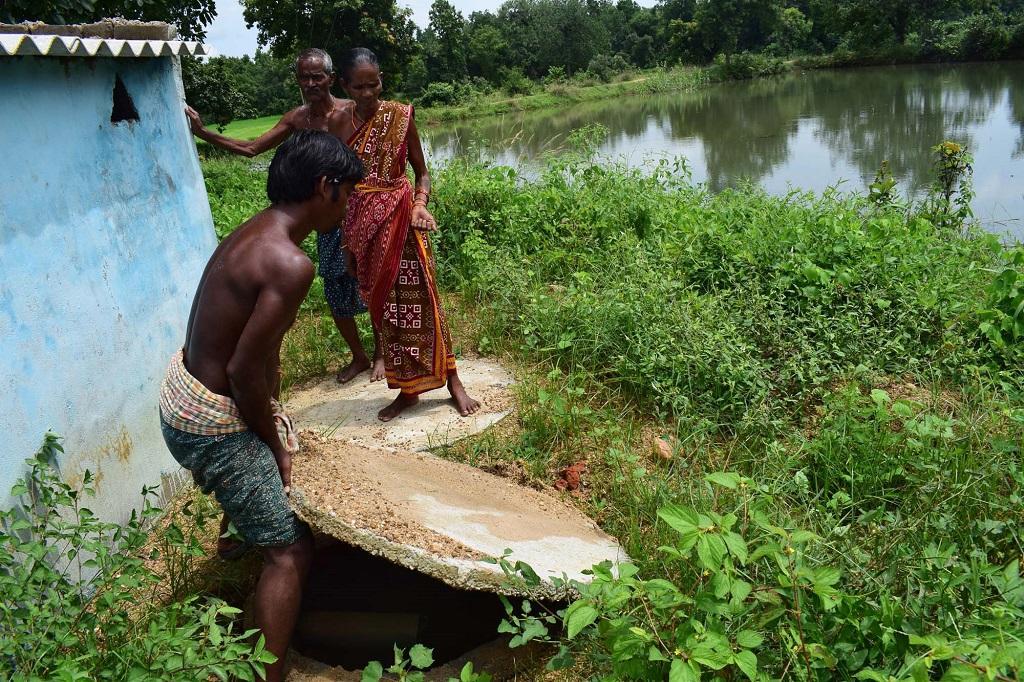 उड़ीसा के एक गांव कनकपुर में बना शौचालय, जहां गड्ढे का कवर सही ढ़ंग से नहीं लगा है, जो पूरी तरह सील होना चाहिए। फोटो: प्रियरंजन साहू