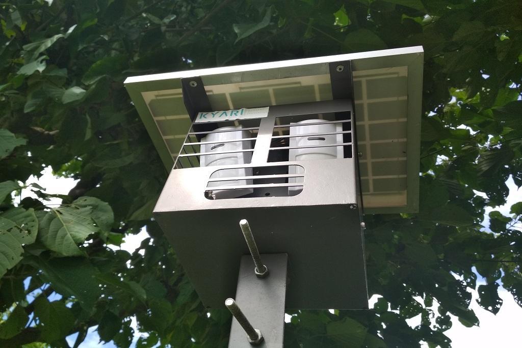 फसलों को जंगली जानवरों से बचाने के लिए लगाया गया सोलर उपकरण। फोटो: वर्षा सिंह