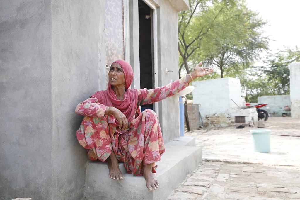 हरियाणा के जींद जिले के निदाना गांव की विमला सुरजवाना, जिसने ब्याज पर कर्ज लेकर शौचालय बनवाया, लेकिन अब तक स्वच्छ भारत मिशन की सब्सिडी नहीं मिली। फोटो: श्रीकांत चौधरी